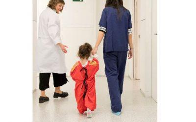 Niños con camisetas de fútbol en lugar de batas de hospital