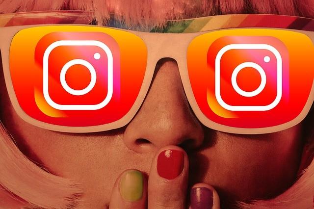 mujer con gafas de instagram