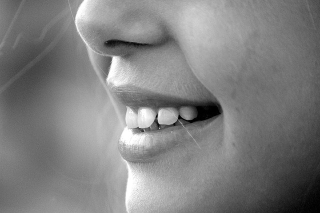 mujer sonrisa dientes
